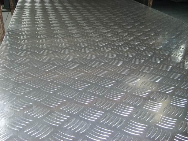 花纹铝板是以铝板为基板经过雕刻有花纹的钢棍轧制而成的铝合金防滑铝板 主要用于特种车辆、建筑工程地面防滑、楼梯、机械设备、装饰、船舶制造等领域。 主要合金牌号:1060 3003 5052 5754 5083 6061 合金状态:0 H114 H111
